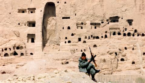 La valle di Bamiyan in Afghanistan: le monumentali nicchie nella parete di roccia sono vuote. I Buddha sono già stati distrutti dai talebani