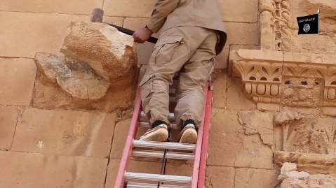 I miliziani dello Stato islamico infieriscono sulle sculture della città ellenistico-partica di Hatra, patrimonio dell'Unesco