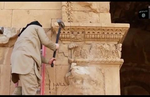 A colpi di piccone e kalashnikov contro i rilievi di Hatra, che fiorì tra il III e il II secolo a.C.