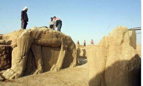 Miliziani dell'Is si accaniscono su un lamassu della città assira di Nimrud in Iraq