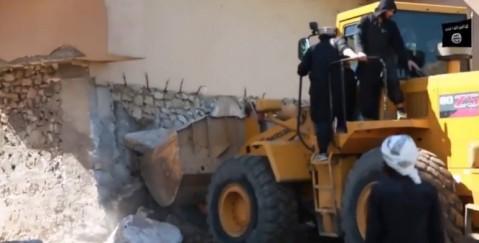 I miliziani dello Stato islamico in azione con i bulldozer nel sito archeologico di Nimrud