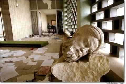 Il museo di Baghdad saccheggiato: immagine emblematica degli effetti della guerra sul patrimonio archeologico