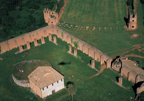 Gli imponenti resti della villa di Massenzio con il palazzo, il circo e il mausoleo dinastico