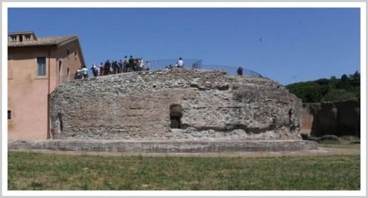 Il cosiddetto mausoleo di Romolo dove sarebbe stato sepolto Valerio Romolo, figlio di Massenzio