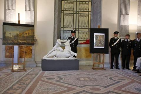 I Carabinieri del Nucleo Tutela Patrimonio Culturale presentano il groppo del dio Mitra trafugato a Tarquinia