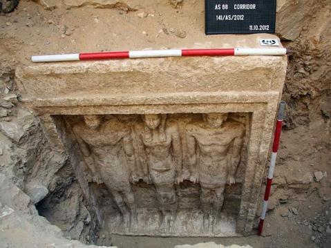 La falsa porta su una parete della cappella nella parte ipogea della mastaba
