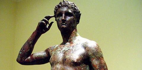 Il gesto dell'Atleta vittorioso che si incorona: un bronzo unico che l'Italia reclama