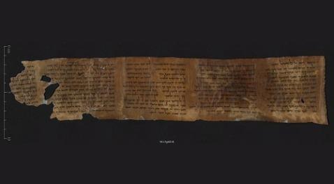 Il minuscolo manoscritto dai Rotoli di Qumran con la più antica copia dei 10 Comandamenti in mostra a Gerusalemme