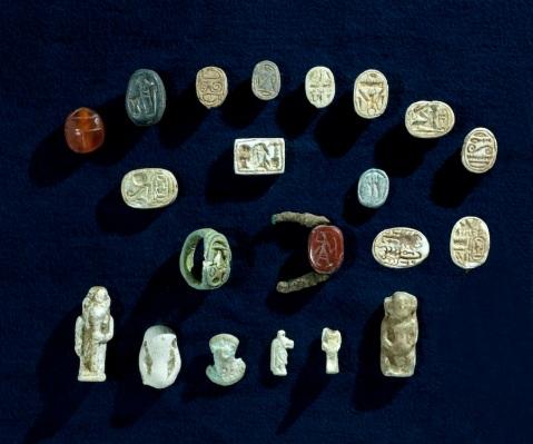 """Sigilli a scarabeo, amuleti e figurine nel """"tesoro dei faraoni"""" trovato a tell Halif in Israele"""