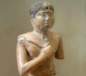 La statua del faraone Neferefre conservata al museo Egizio del Cairo