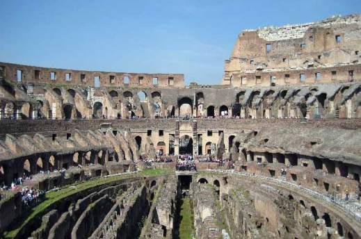 L'interno del Colosseo di Roma: al centro si vedono gli ambienti di servizio che erano sotto l'arena
