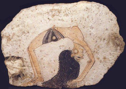 L'ostrakon con la danzatrice dipinta, uno dei pezzi più famosi conservati al museo Egizio di Torino