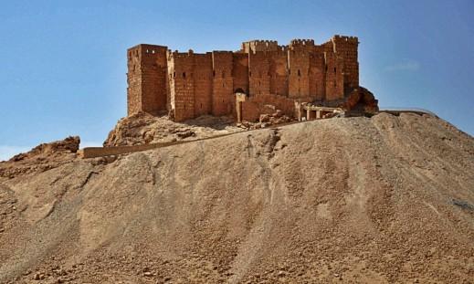 Il mausoleo islamico di Mohammad Ben Ali, discendente del cugino del Profeta Maometto sulla cima di una collinetta a circa 4 chilometri dal sito romano prima dell'esplosione