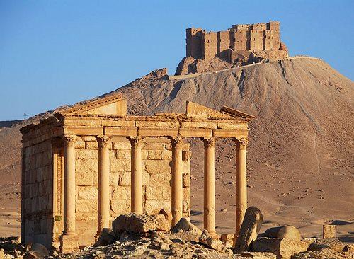 Lo monumentali rovine di Palmira, patrimonio dell'Unesco, dominata dal mausoleo islamico dello sheikh Mohammad Ben Ali