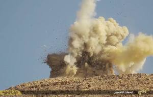 Qui sopra, il momento dell'esplosione provocato dai miliziani jihadisti dell'Isis; sotto, quel che resta del mausoleo dopo l'esplosione