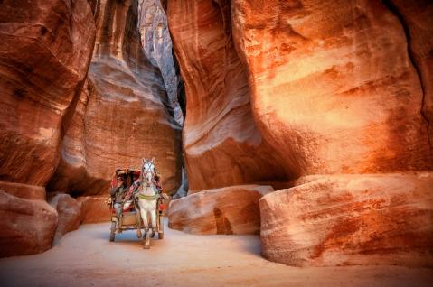 Il siq di Petra, un canyon scavato nell'arenaria con rocce instabili