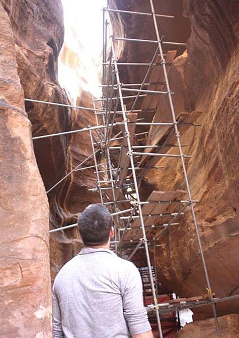 Impalcature nel siq di Petra per impedire lo stacco di blocchi di roccia
