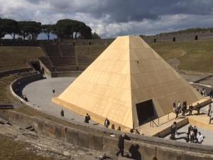 """La piramide realizzata nell'anfiteatro di Pompei per la mostra """"Rapiti alla morte"""" sezione di """"Pompei e l'Europa"""""""