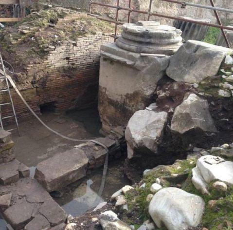 I resti dell'arco di Tito ritrovati nell'emiciclo del Circo Massimo a Roma