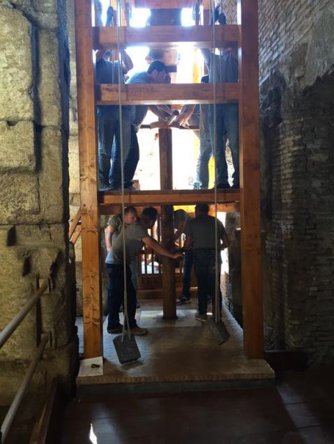 Per alzare la gabbia con le belve serviva la forza coordinata di otto uomini