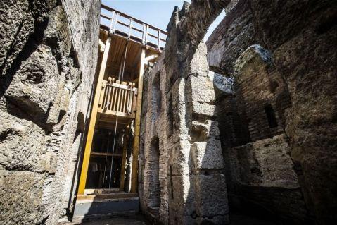 L'imponente montacarichi per le belve realizzato come l'originale nelle viscere del Colosseo