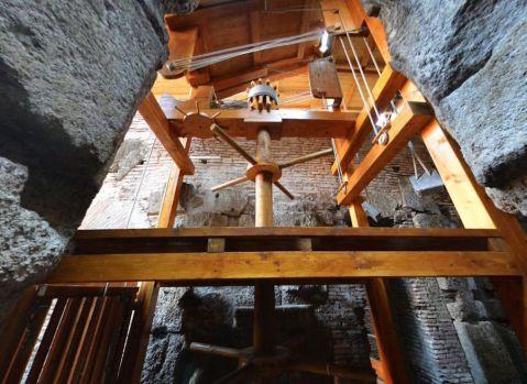 La gabbia sollevata dal montacarichi misura 180 cm per 140, con un metro di altezza interna