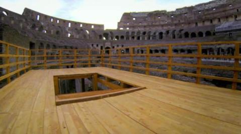 La ricostruzione dell'arena coperta con la botola da cui uscivano le bestie feroci