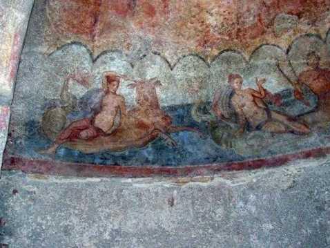 L'aula absidata con arcata e fregio con Nereidi e Tritoni della villa romana di Somma Vesuviana