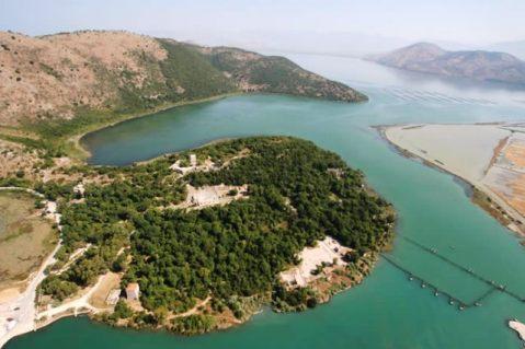 Il sito archeologico di Butrinto posto in posizione strategica nel braccio di mare dell'isola di Corfù