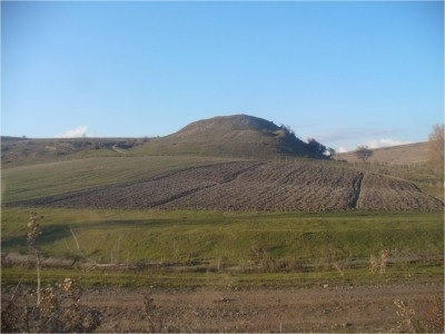La collina di Natsargora dove sono stati scavati il villaggio e la necropoli