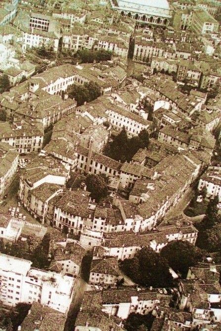Una veduta di Borgo Berga oggi a Vicenza: evidente l'andamento del teatro antico nelle case che vi sono state costruite sopra