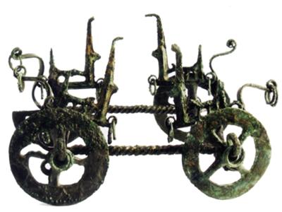 Il carrello miniaturistico in bronzo trovato nella tomba 232 di San Marzano sul Sarno e ora esposto nel museo di Sarno