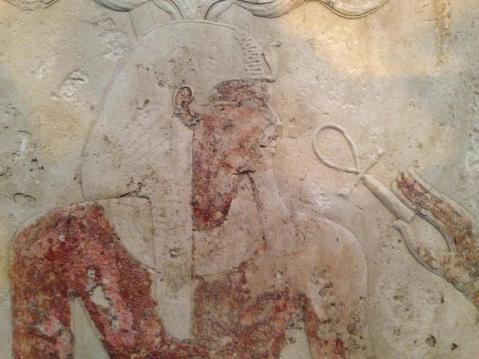 Il rilievo in calcare dipinto raffigurante il faraone Ramses II tra i reperti esposti al Cairo