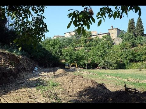 Il tratto di mura antiche emerso a Volterra: potrebbe essere una parte dell'anfiteatro