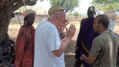 Il regista Lucio Rosa discute con il capo villaggio di una tribù Mursi in Etiopia