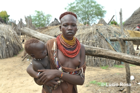 Donna con bambino in un villaggio Karo nell'ottobre 2014: la vita scorre normale (foto Lucio Rosa)