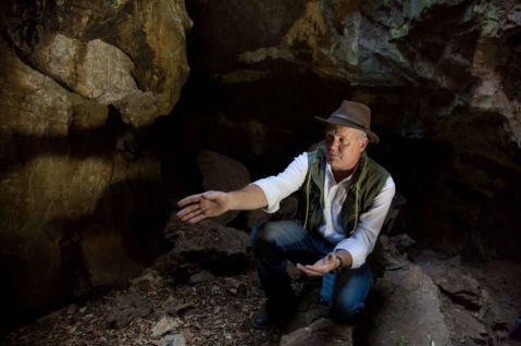 Il paleontologo Lee Berge nella grotta Rising Star dove sono stati trovati 1500 elementi fossili di Homo Naledi