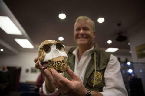 Il paleontologo Lee Berger, capo della missione in Sudafrica, mostra un fossile di Homo Naledi trovato nella grotta Rising Star