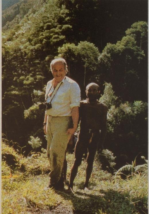 L'antropologo Giancarlo Ligabue tra i pigmei della Nuova Guinea