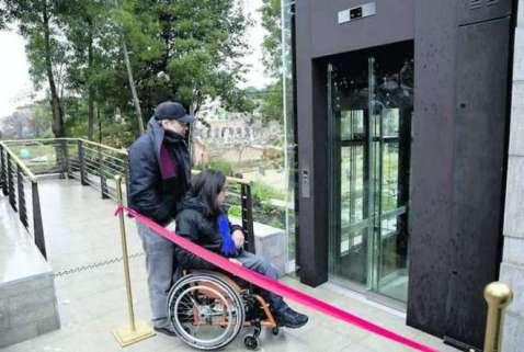 Un disabile testa il percorso senza barriere nell'area dei Fori Imperiali a Roma