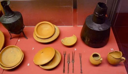 Un set di piatti e stoviglie usato dagli antichi romani in mostra all'Ara Pacis