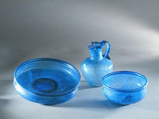 Coppe e brocchetta in vetro blu provenienti da Ercolano