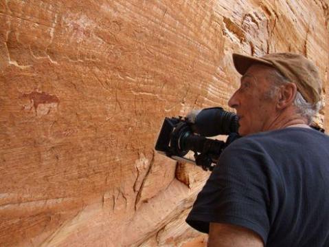 """Il regista Lucio Rosa durante le riprese in Libia del film """"Il segno sulla pietra"""""""