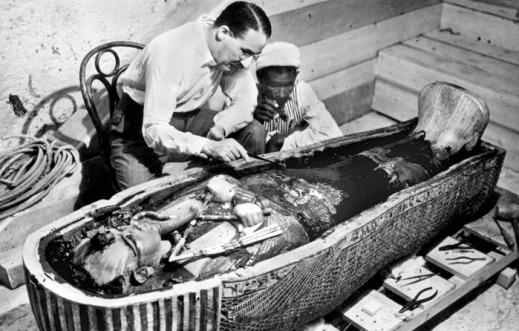 Howard Carter davanti al sarcofago con la mummia del faraone Tutankhamon