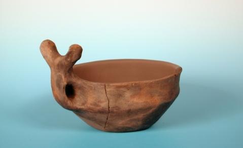 Una coppa con ansa cornuta dell'Età del Bronzo esposta nella mostra di Verona