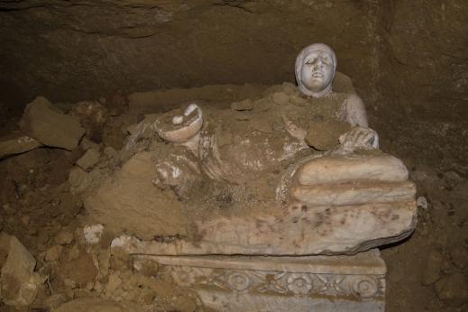 Il pesante sarcofago con il defunto ritratto sdraiato, con patera in mano, sul fianco sopra il coperchio