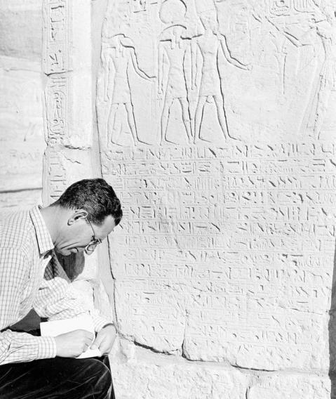 L'egittologo Sergio Donadoni in una delle sue missioni archeologiche in Egitto