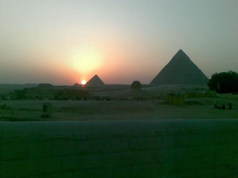 Le piramidi della piana di Giza in Egitto: nei secoli sono state oggetto delle più bizzarre tesi