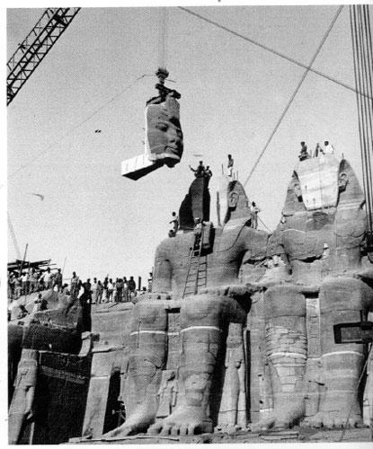 Una fase della ricostruzione del sito archeologico di Abu Simbel