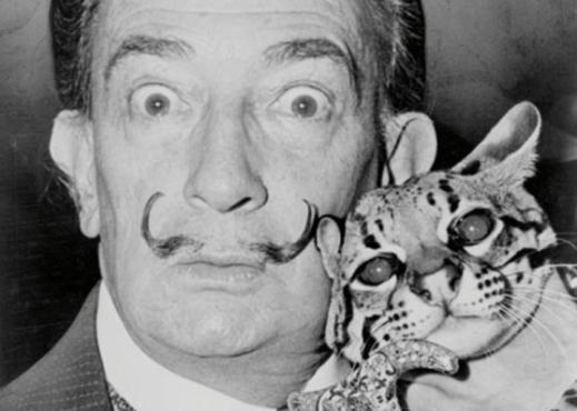 L'artista Salvator Dalì ritratto con il suo gatto